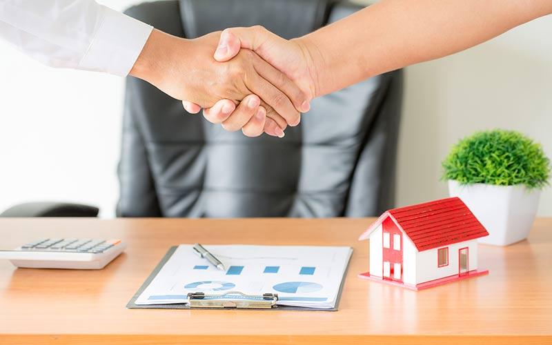 """על השכרת דירה, מכירת דירה ורישום מקרקעין השכרת דירה, מכירת דירה ורישום מקרקעין הם מושגים מרכזיים בדיני הנדל""""ן. מדובר בפעולות שכל אחד ואחד עשה או עתיד לעשות במהלך חייו כך שנחוץ מאוד לדעת במה מדובר ומהם העקרונות שצריך לזכור תוך כדי ההליכים. השכרת דירה - מה חשוב לדעת? השכרת דירה יכולה להיות חוויה נעימה וקלה אך באותה המידה, זו יכולה להיות חוויה מטרידה ומסובכת. ההבדל נעוץ בדבר אחד: אינפורמציה נכונה והכנה מוקדמת. יש לעשות עבודת הכנה פשוטה טרם השכרת דירה וכך מובטח הליך קל ויעיל. השכרת דירה זוהי עסקה לה שני צדדים אשר לכל אחד יש את האינטרסים שלו. אדם אשר משכיר את דירתו מעוניין למצוא שוכר מתאים אשר יעשה שימוש ראוי בנכס ולא יגרום לנזקים. אדם אשר מעוניין לשכור דירה מבקש למצוא לעצמו נכס שימצא חן בעיניו אך מנגד, אינו רוצה להוציא הוצאה גבוהה מדי שהרי לא מדובר בנכס שהוא רוכש אלא בדירה מושכרת בלבד. למה חשוב לשים לב בהליך של השכרת דירה? 1. בדיקה יסודית של הדירה: המשכיר חייב לדעת באיזה מצב הוא משכיר את הדירה על מנת לדעת בהמשך הדרך האם השוכר גרם לנזק כלשהו לנכס. זוהי גם הזדמנות עבור המשכיר לתקן פגמים מהותיים בדירה על מנת לספק דירת מגורים ראויה לשוכר. כאשר אדם שוקל לשכור דירה, מומלץ לו לערוך רשימה מסודרת של תקלות הקיימות בנכס על מנת שלא תוטל עליו אחריות בגינן. 2. חוות דעת נוספת: רצוי וכדאי לכל שוכר, טרם השכרת דירה, לראות את הנכס לפחות פעמיים, ביום ובלילה, וכמו כן להביא חבר או הורה שיהיו עין נוספת על הנכס. למותר לציין כי פעמים רבות, אדם אחר יראה דברים שאנחנו פספסנו. 3. כתיבת החוזה: עריכת חוזה השכרת דירה אינה מסובכת במיוחד ואף ניתן כיום לקנות חוזה סטנדרטי בחנויות הספרים. במידה וישנם נושאים אשר נתפסים כמהותיים בעיני מי מן הצדדים, מועד עריכת החוזה הוא הזמן המתאים לדרוש את הכנסתם של הנושאים הללו אל החוזה. מכירת דירה כאמור, הליך השכרת דירה יכול להיות בנקל הליך יעיל ופשוט. לעומת זאת, הליך של מכירת דירה הוא סבוך באופן משמעותי מהשכרת דירה. ראשית כל, מדובר ברכישה גדולה ביותר, אולי הרכישה הכי גדולה בחייו של אדם ולפיכך נדרשת דקדקנות וירידה לפרטים באופן מיוחד. חוזה מכירת דירה מוכרח להיות ברור, יסודי, מקיף ועליו לכלול את כל המרכיבים החשובים ובמידת האפשר, לא להותיר נושאים בלתי מוסדרים. מציאת שוכר מתאי"""